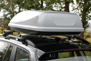 Dachgepäckträger auf einem Auto montiert